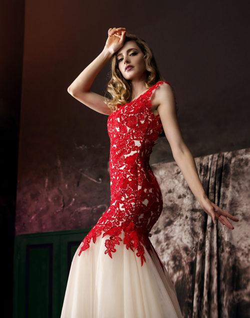 Платье из красного гипюра c золотистой сеткой