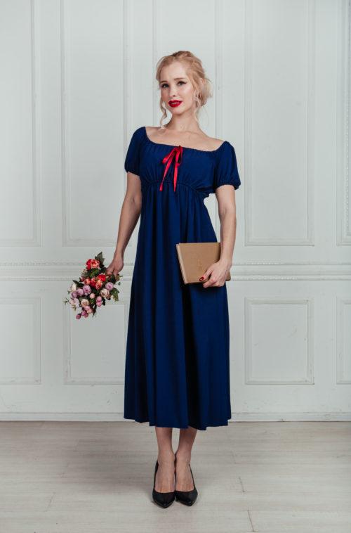 Синее платье с красной лентой