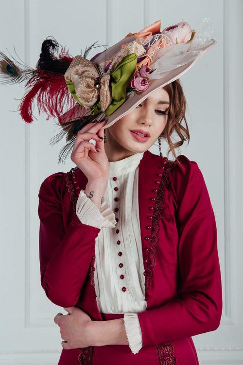Женские шляпы эпохи модерн модерн представлены в аренду в трех цветах: пудровый, персиковый и бирюзовый.