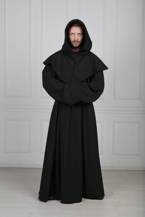 Черный монах с капюшоном