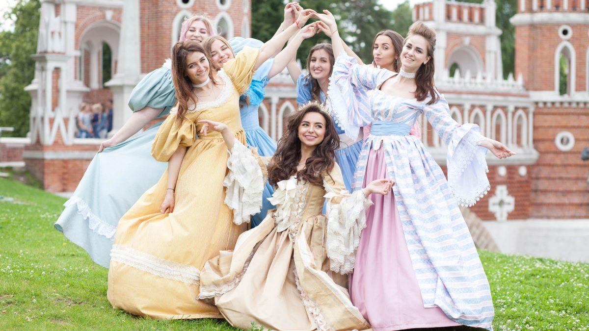 Необычный девичник: фотосессия в исторических платьях