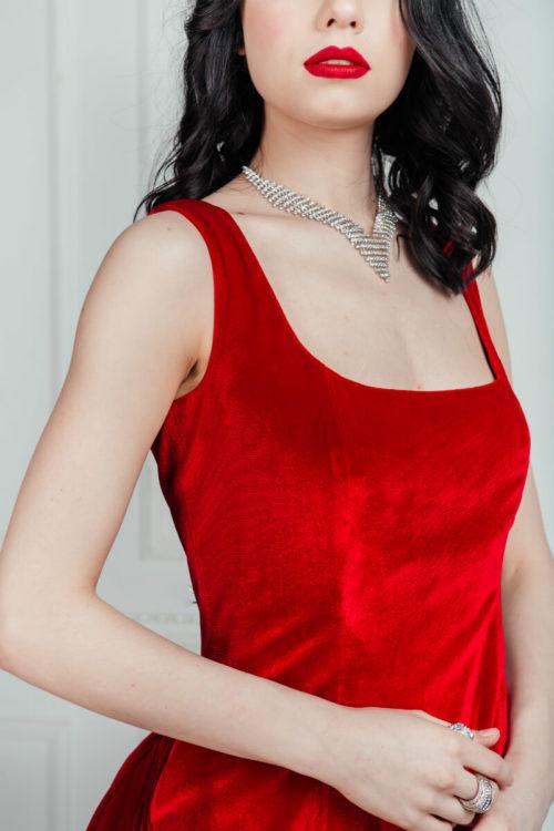 Платье с турнюром из красного бархата