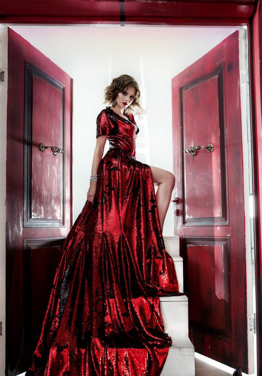 Вечернее платье со шлейфок красные пайетки