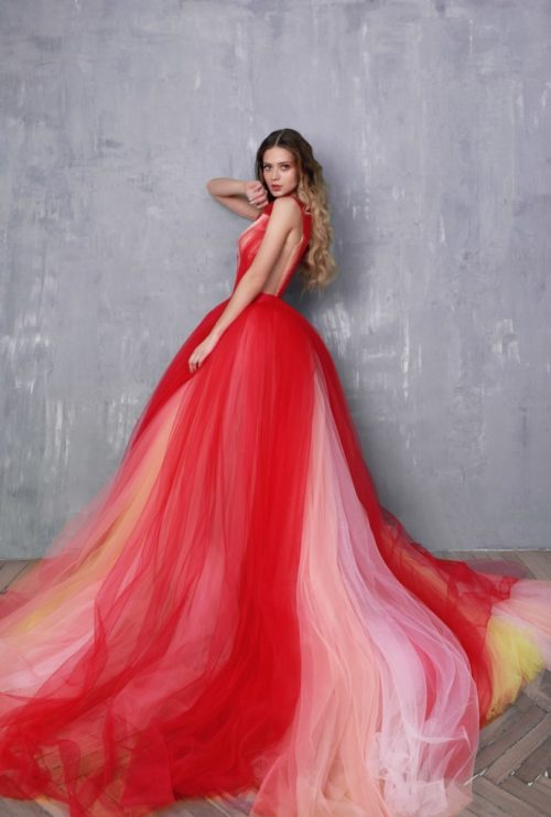 Платье из фатина с очень длинной юбкой