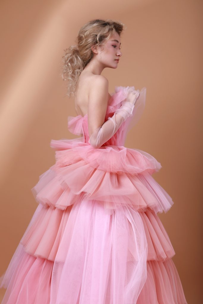 Нежное платье фатина персиково-розового оттенка прокат платьев москва