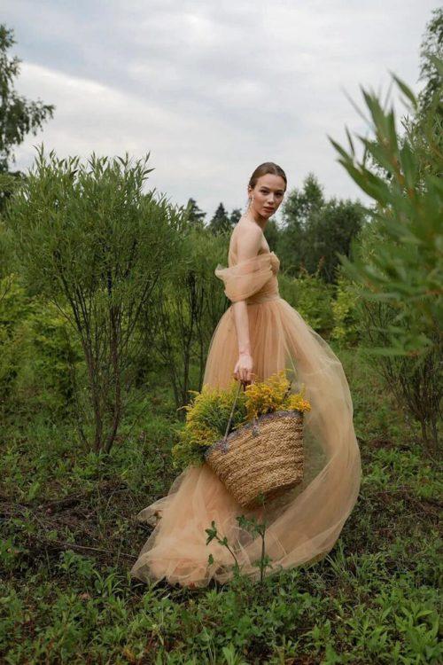 Платье из фатина песочного цвета